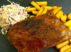 BBQ Rebra na ameriški način s coleslaw solato